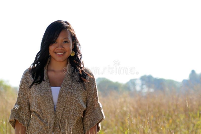 härligt kvinnabarn för asiatisk höst fotografering för bildbyråer