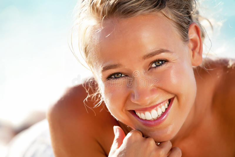 härligt kvinnabarn för strand fotografering för bildbyråer