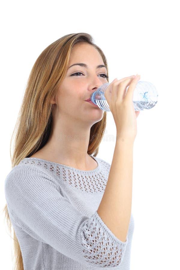 Härligt kvinnadricksvatten från en isolerad flaska royaltyfri foto