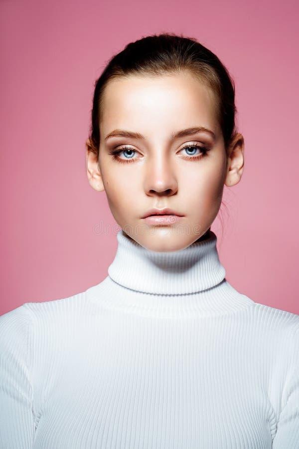 Härligt kvinnaframsidaslut upp studio på rosa färger royaltyfri foto