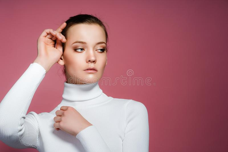 Härligt kvinnaframsidaslut upp studio på rosa färger royaltyfria bilder