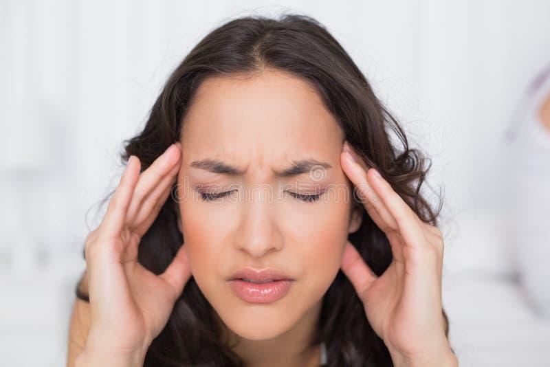 Härligt kvinnalidande från huvudvärk med ögon stängde sig royaltyfria bilder