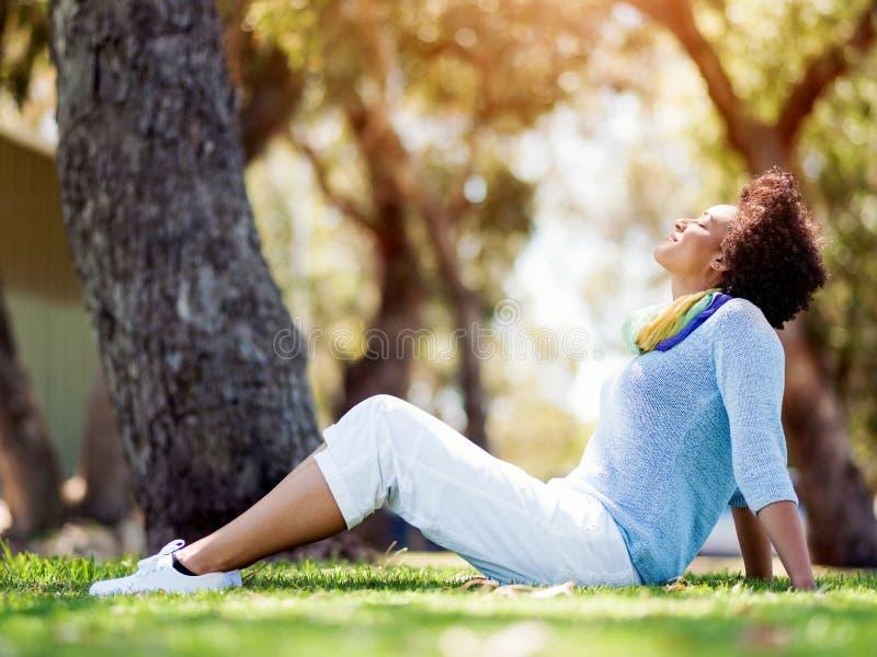 Download Härligt Kvinnasammanträde I Sommar Parkerar Arkivfoto - Bild av frihet, gräs: 78730540