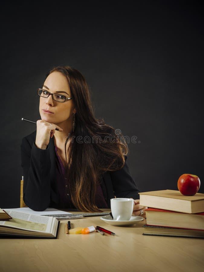 Härligt läraresammanträde på hennes skrivbord fotografering för bildbyråer