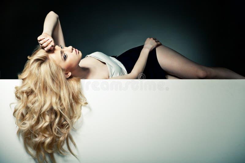Härligt långt hår på en attraktiv kvinna arkivfoton