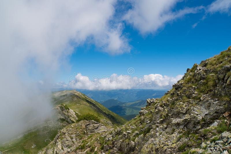 Härligt löst landskap med steniga berg och en härlig sommarhimmel arkivfoton