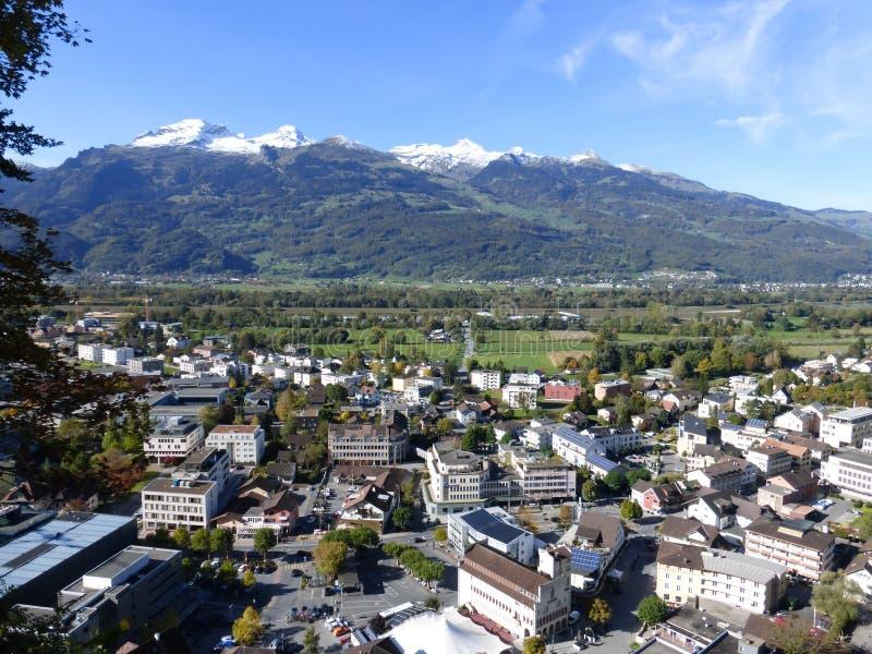 Härligt land som är från Liechtenstein med berg arkivbild