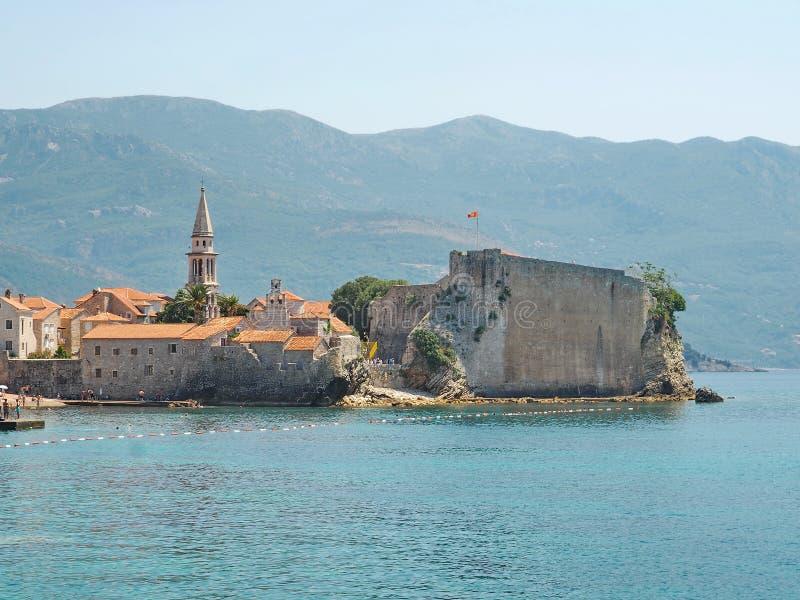 Härligt landskap av Budva, Montenegro Sikt över havet och berg royaltyfria foton