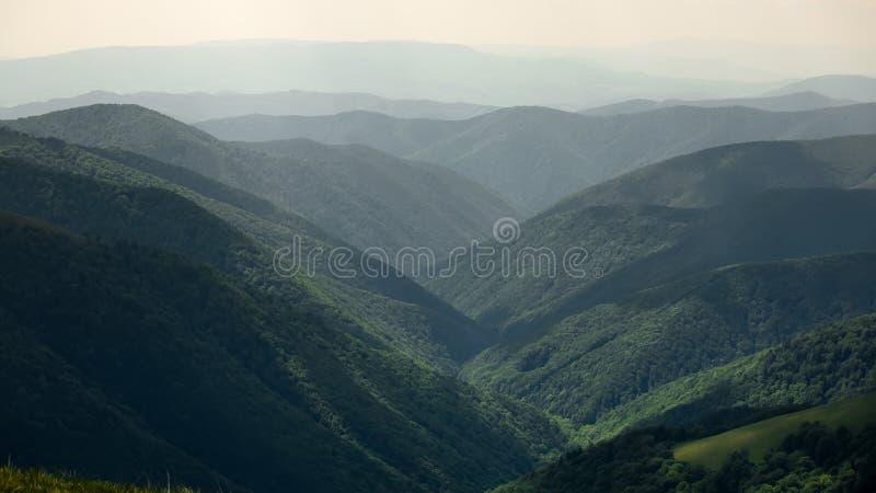 Härligt landskap av Carpathian berg som ses från Borzhava M arkivfoton