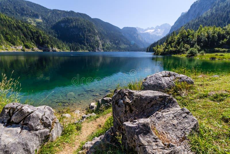 Härligt landskap av den alpina sjön med kristallklart grönt vatten och berg i bakgrund, Gosausee, Österrike royaltyfria bilder