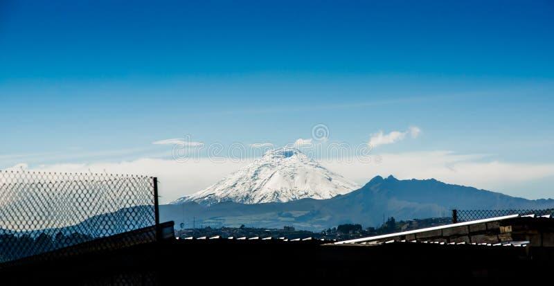 Härligt landskap av den Cotopaxi vulkan i horizonten som täckas med snö, bild som tas från Quito, Ecuador arkivfoto