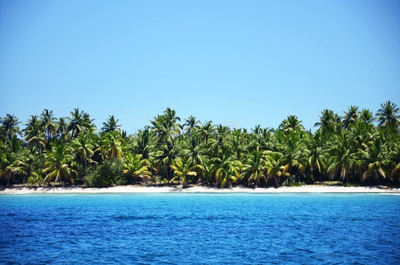 Härligt landskap av den exotiska tropiska ön royaltyfria foton