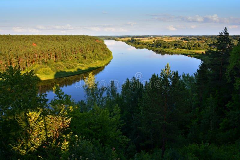 Härligt landskap av den Nemunas flodöglan i Litauen arkivfoton