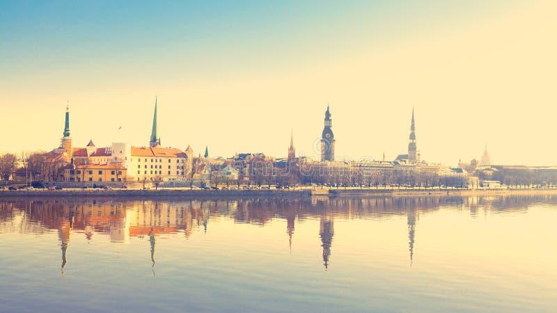 Härligt landskap av den Riga mitten med retro färger royaltyfria bilder