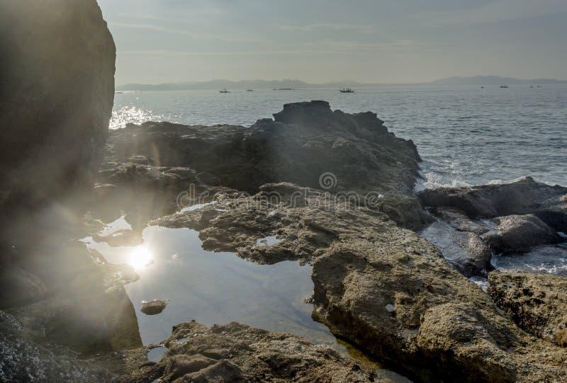 Härligt landskap av den steniga tropiska ön i havet royaltyfri bild