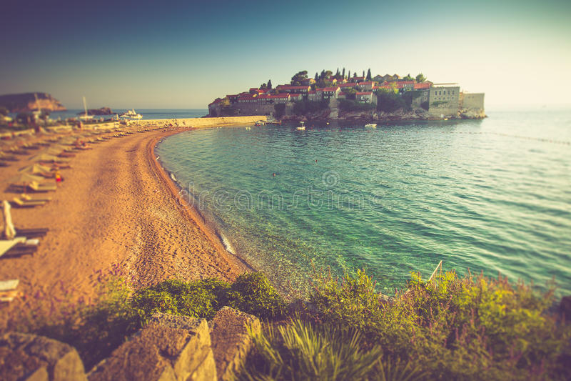 Härligt landskap av den Sveti Stefan ösemesterorten och stranden på solnedgången Montenegro royaltyfria foton