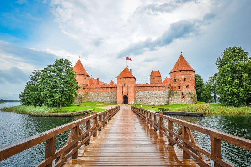 Härligt landskap av den Trakai öslotten, sjön och träbron, Litauen royaltyfri foto