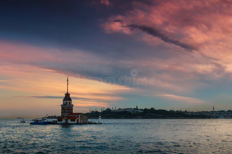 Härligt landskap av det jungfru- torntornet för ` s av Leandros på solnedgången royaltyfri bild