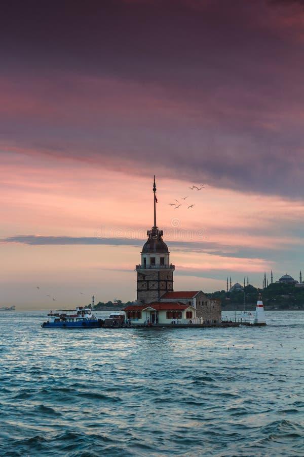 Härligt landskap av det jungfru- torntornet för ` s av Leandros på solnedgången molnig dramatisk sky arkivbild