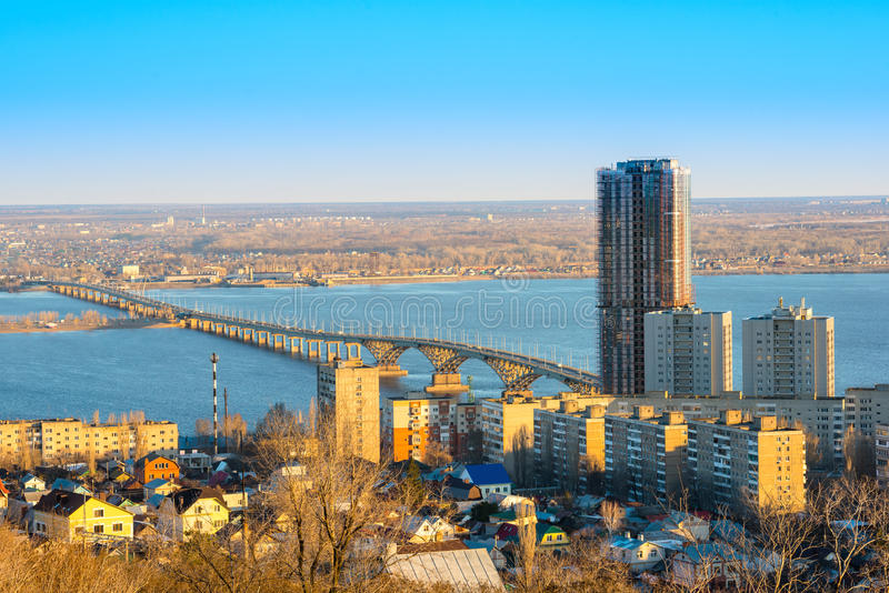 Härligt landskap av floden Volga med bron och sikten på Sarat royaltyfri bild