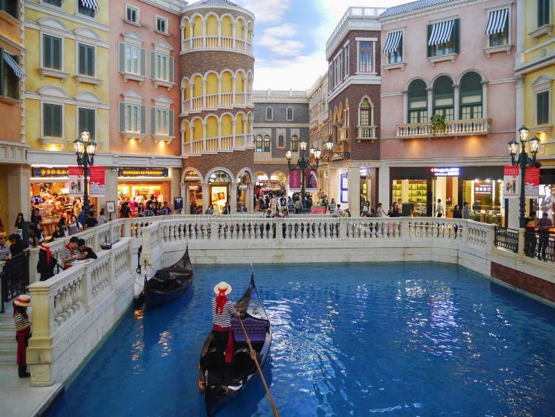 Härligt landskap av gondolen på Sanen Luca Canal inom den Venetian Macao royaltyfria foton