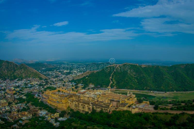 Härligt landskap av Indien Jaipur det bärnstensfärgade fortet i Rajasthan Forntida indisk slottarkitekturpanoramautsikt royaltyfri fotografi