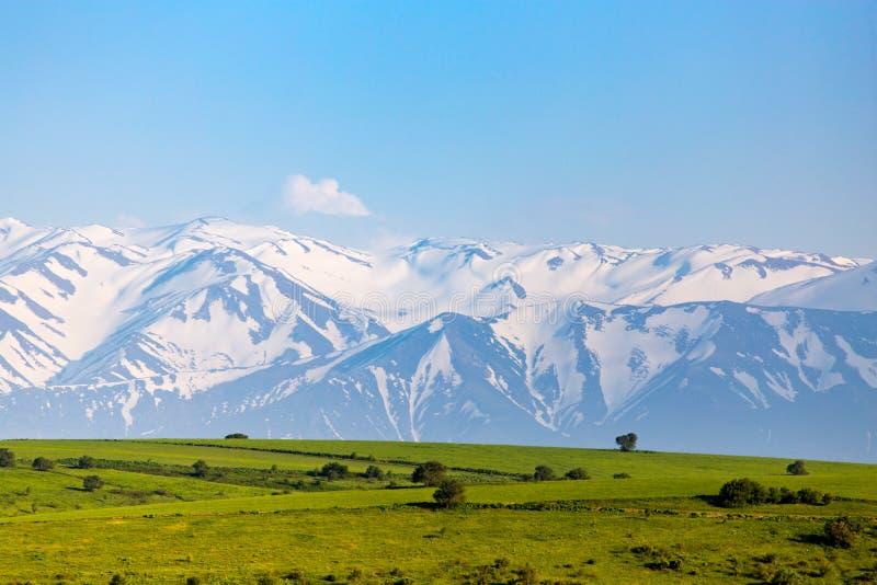 Härligt landskap av naturen i de Tien Shan bergen arkivfoton