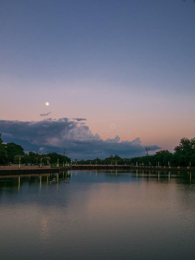 Härligt landskap av sjön och fullmånen i buriram, Thailand royaltyfri bild