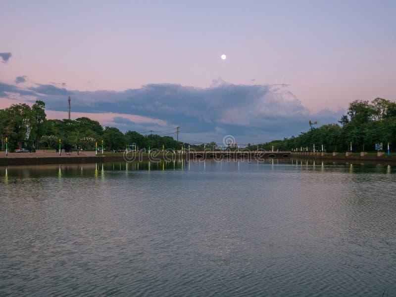 Härligt landskap av sjön och fullmånen i buriram, Thailand royaltyfria foton