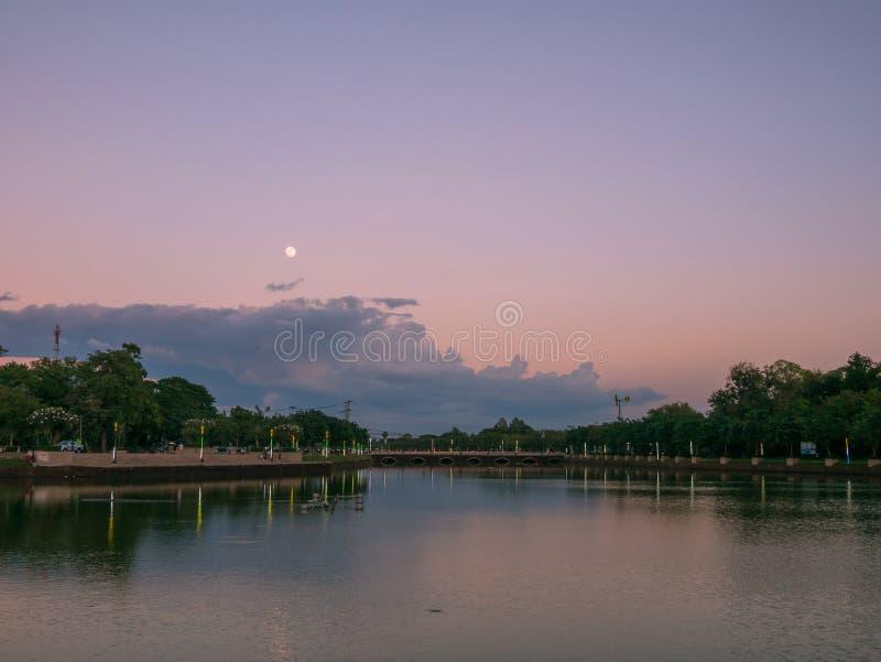 Härligt landskap av sjön och fullmånen i buriram, Thailand arkivbilder