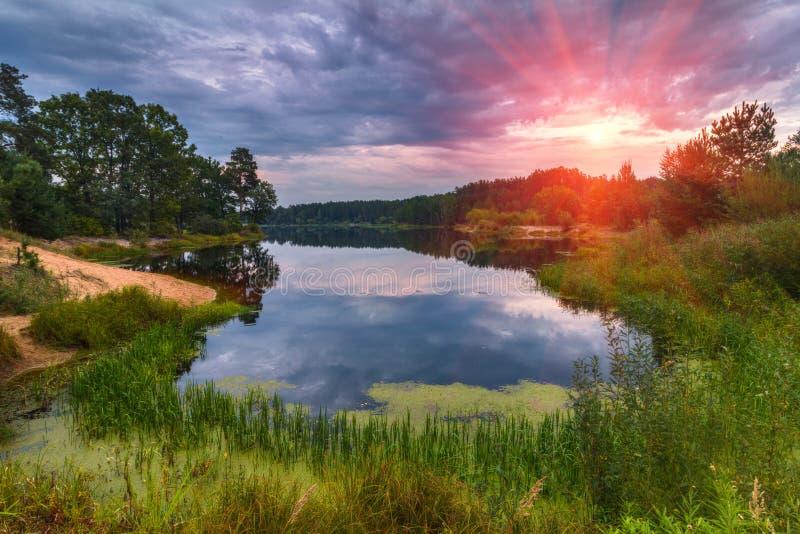 Härligt landskap av sjön på den färgrika solnedgången arkivbilder