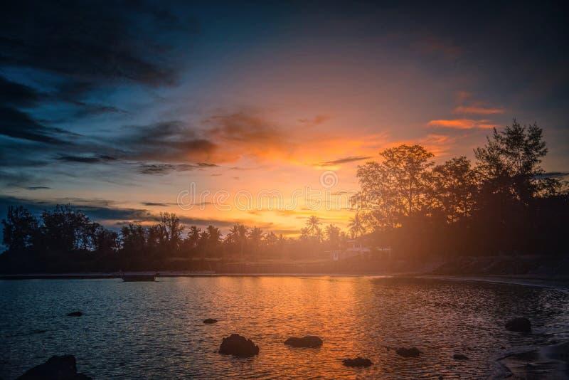 Härligt landskap av solnedgången över havet med konturträdet i T royaltyfri fotografi