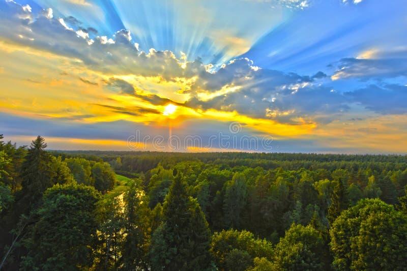 Härligt landskap av solnedgången på slutet av sommar royaltyfria bilder