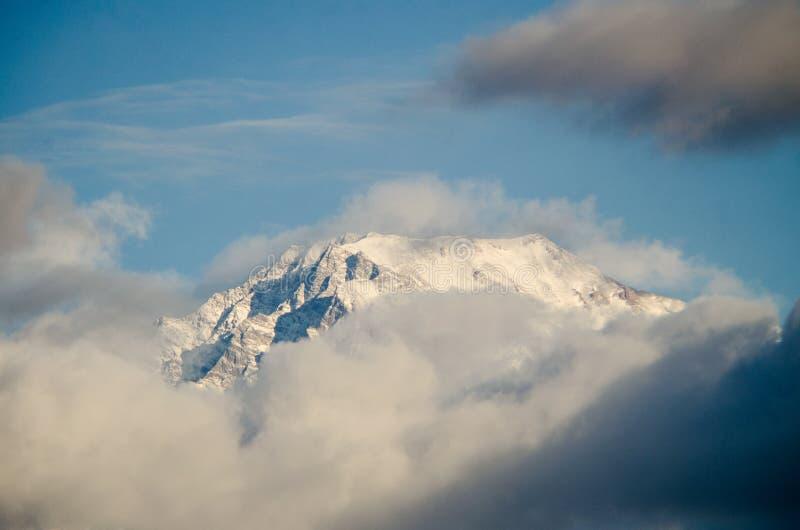 Härligt landskap av större Kaukasus för snöig vinter berg Soligt väder, träd fördunklar fält av den Azerbajdzjan naturen arkivbilder