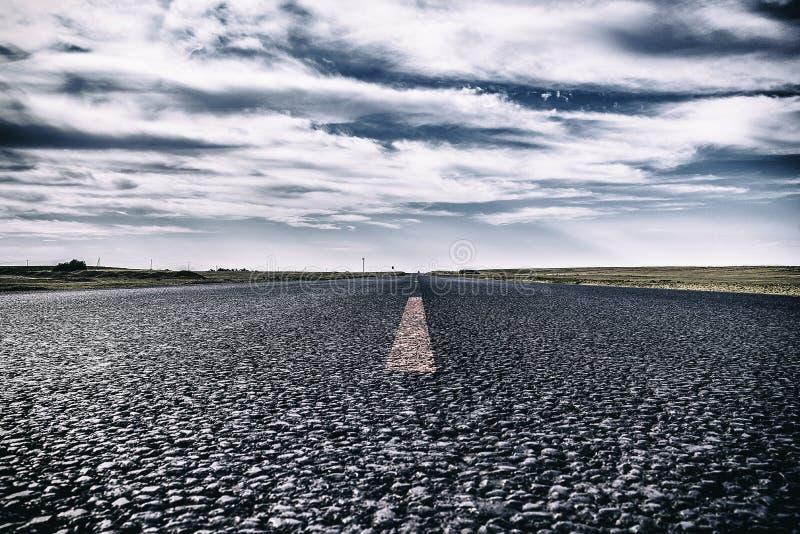 Härligt landskap av tappningvägen, asfalt under blå himmel arkivfoton