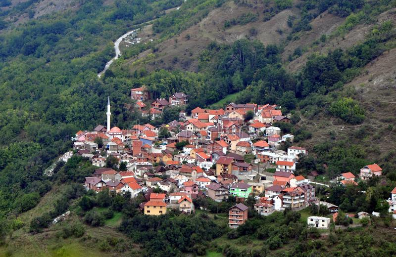 Härligt landskap, Dikance, bergby, Shar berg, Kosovo royaltyfri fotografi