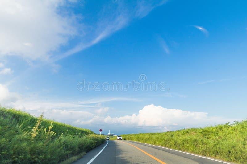 Härligt landskap en landsväg av bergsikten i vår arkivbilder
