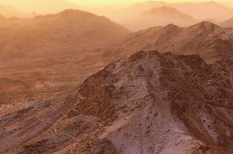 Härligt landskap i bergen på soluppgång Förbluffa sikt från den Mount Sinai monteringen Horeb, Gabal Musa, Moses Mount arkivbild
