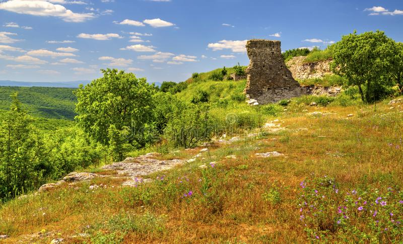 Härligt landskap i bergskedjan och fördärvar av forntida fästning arkivfoton