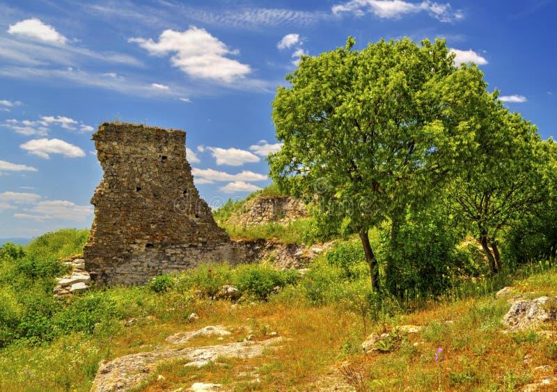 Härligt landskap i bergskedjan och fördärvar av forntida fästning royaltyfria bilder