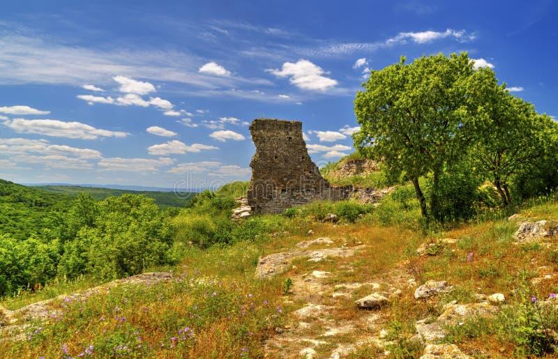Härligt landskap i bergskedjan och fördärvar av forntida fästning royaltyfri foto
