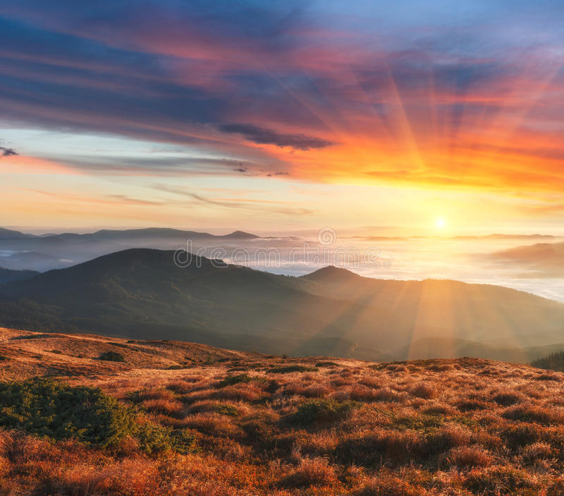 Härligt landskap i höstbergen på solnedgången arkivbild