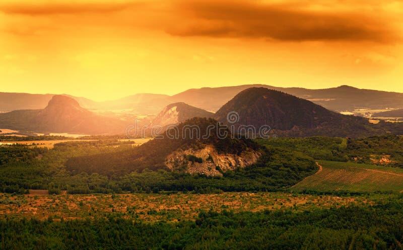 Härligt landskap i solnedgången i Tjeckien arkivbild