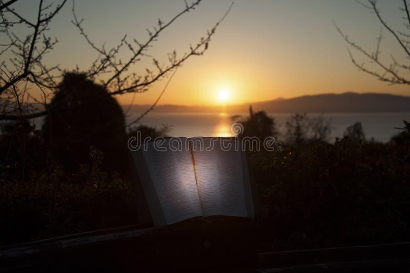 Härligt landskap med bibeln som är öppen på soluppgång framme av havet Fuji stad, Japan Skjutit horisontal Med avstånd för text arkivbilder