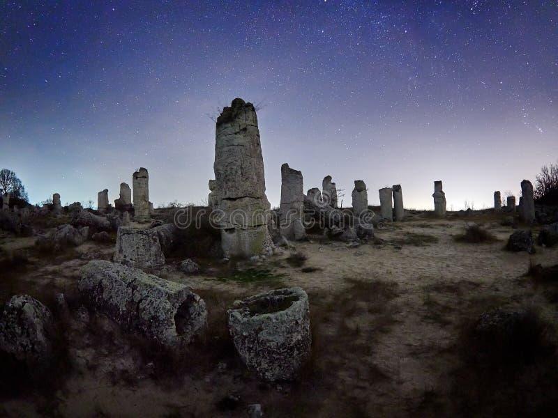 Härligt landskap med den forntida fristaden i Bulgarien, nattplats arkivfoton