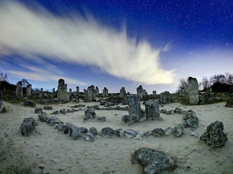 Härligt landskap med den forntida fristaden i Bulgarien, nattsc royaltyfri bild
