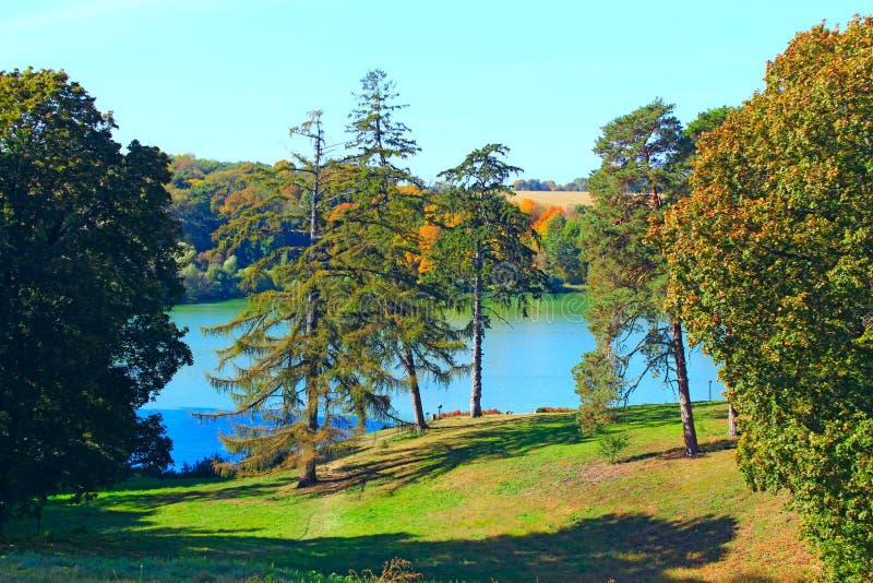 Härligt landskap med den pittoreska sjön och träd royaltyfria foton