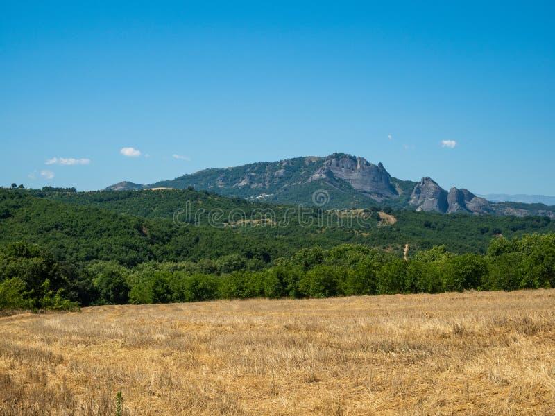 Härligt landskap med fält, skogar och berg i Grekland arkivbilder