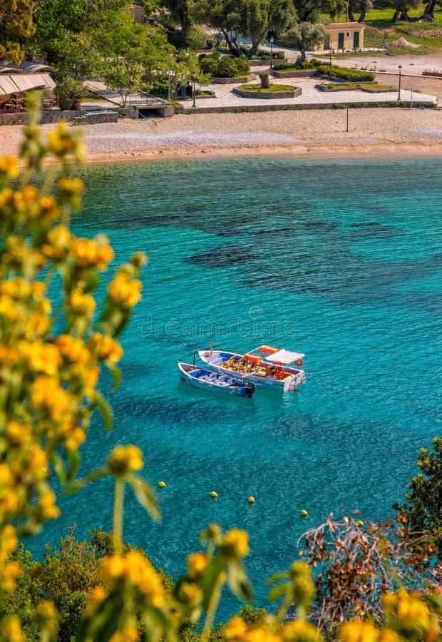 Härligt landskap med havet och små färgrika fartyg på en vattenyttersida arkivfoton