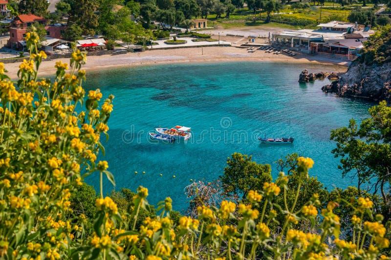 Härligt landskap med havet och små färgrika fartyg på en vattenyttersida arkivbilder